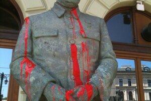 Stalin poliaty farbou pred Slovenskou národnou galériou v roku 2012.