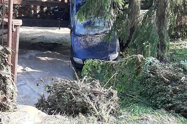 Liptovské Sliače, povodeň tam ničila cesty, zaplavovala domy, brala autá, stromy.