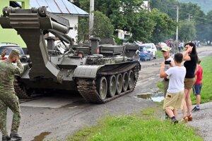 Špecialisti Ozbrojených síl SR inštalujú pomocou mostného tanku MT-55A mostovku na náhradné premostenie.