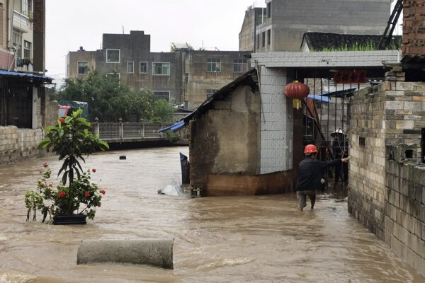 Záplavy po prudkých dažďoch v juhočínskej provincii Gu-žu.