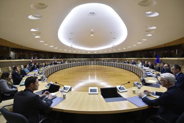 Hlavný vyjednávač Európskej únie pre brexit Michel Barnier (uprostred vpravo) a hlavný brexitový vyjednávač britského premiéra s Európskou úniou David Frost (uprostred vľavo) počas debaty o po-brexitových vzťahoch so Spojeným kráľovstvom v sídle EÚ v Bruseli 29. júna 2020.