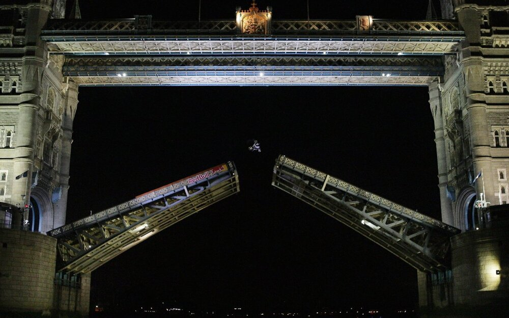 Austrálsky freestylový motocyklista Robbie Maddison nad  otvoreným mostom Tower Bridge 13. júla 2009.