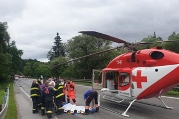 Zraneného vodiča previezol do nemocnice záchranársky vrtuľník.