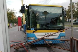 Havarovaný autobus MHD na zastávke Kalinovská.