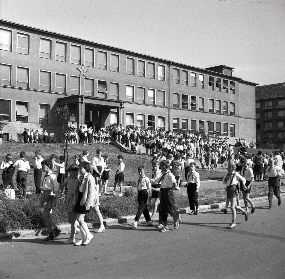1965.Stovky žiakov zo Základnej školy na Sibírskej ulici v Bratislave odchádzajú na prázdniny.