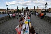 Na pražskom Karlovom moste sa konala hostina, ktorá mala byť symbolickou rozlúčkou s koronakrízou.