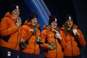 Štafeta holandských šortrekárok na 3000 m v zložení Suzanne Schultingová, Yara van Kerkhofová, Lara van Ruijvenová, Jorien ter Morsová pózuje s bronzovými medailami na ZOH 2018 v juhokórejskom Pjongčangu 21. februára 2018.