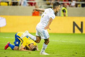 Na snímke v bielom drese Moha (Slovan) oslavuje gól.