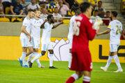 Futbalisti Slovana oslavujú gól.