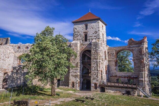 Pomerne zachované zrúcaniny hradu Tenczyn.