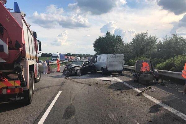 Vážna dopravná nehoda uzavrela cestu smerom do Trnavy.