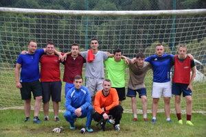 Mužstvo Štart Dunajov aj s manažérom a trénerom Miroslavom Kafúnom (tretí zľava hore).