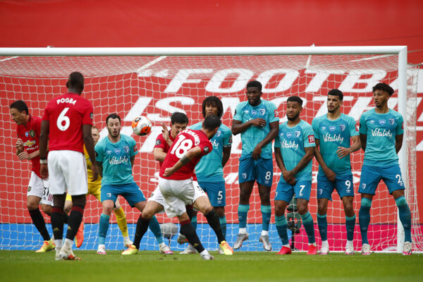 Bruno Fernandes z Manchester United strieľa gól.