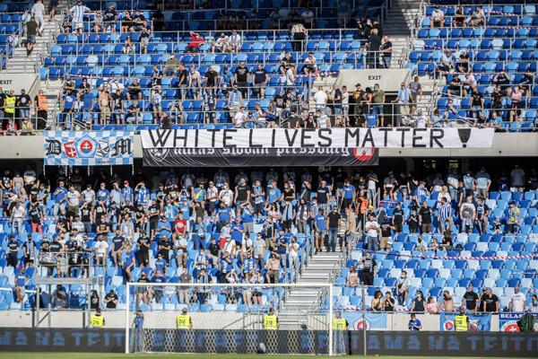 Fanúšikovia ŠK Slovan Bratislava v zápase proti Zemplínu Michalovce.