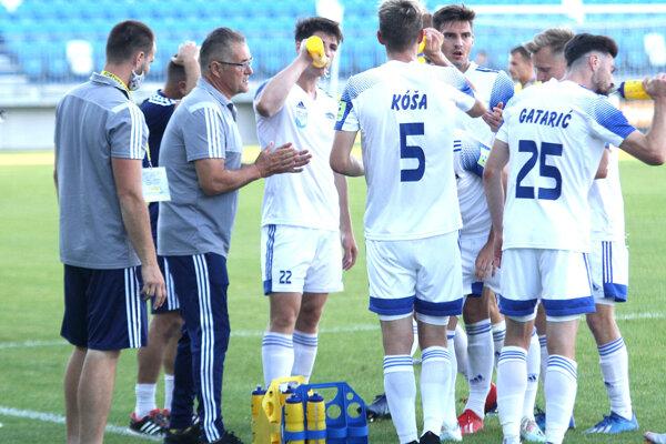Ivan Galád (v šedom druhý zľava) kropí zverencov optimizmom.