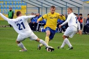Martin Juhar (uprostred v žlto - modrom) v drese materského MFK Košice.