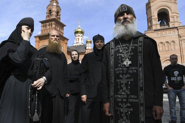 Mních Sergej (vpravo), ktorého uznal súd za vinného.