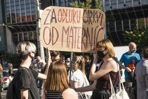 Účastníčky s transparentom počas protestného pochodu za rešpektovanie reprodukčných práv s názvom Nebudeme ticho! na Námestí SNP v Bratislave. Bratislava, 7. júl 2020.