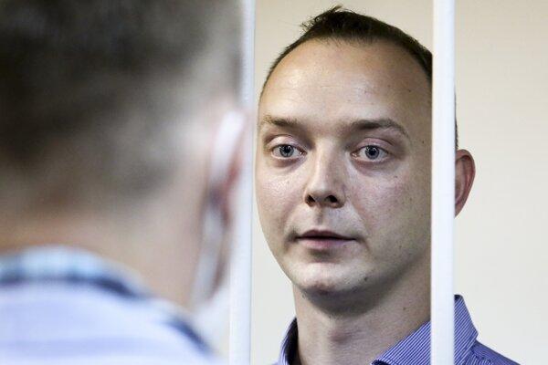 Ruský novinár Ivan Safronov v súdnej sieni v Moskve.