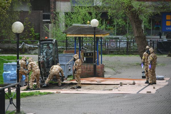 Britskí vojenskí experti dekontaminujú miesto v parku v Salisbury, kde v marci 2018 našli bývalého agenta ruskej vojenskej rozviedky GRU Sergeja Skripaľa a jeho dcéru Juliju.