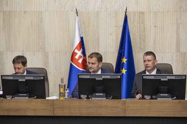 Zľava: Podpredseda vlády a minister financií SR Eduard Heger, predseda vlády SR Igor Matovič a minister vnútra SR Roman Mikulec počas rokovania 28. schôdze vlády SR.