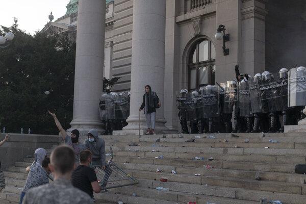 Protivládne protesty sa rozšírili po Srbsku, vznikli potýčky s políciou