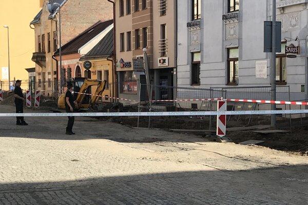 Uzatvorená Jarková ulica krátko po osemnástej hodine.