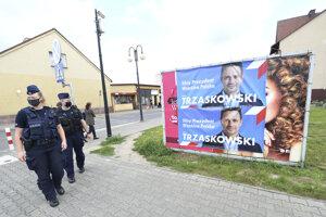 Postery kandidáta Rafala Trzaskowskiho v meste Raciaz.