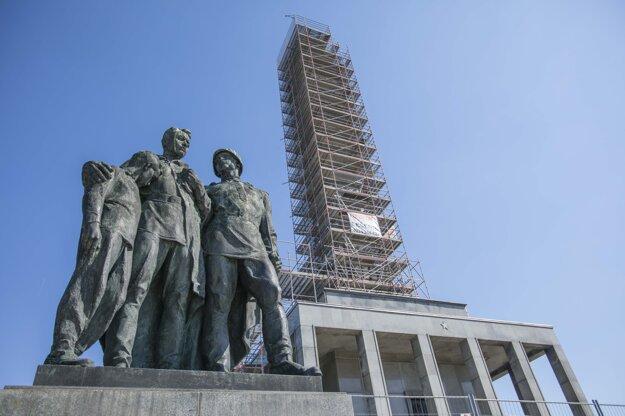 Prebiehajúce práce na obnove pamätníka Slavín v Bratislave.