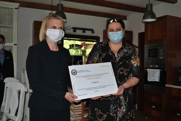 Americká veľvyslankyňa na Slovensku Bridget Brink a riaditeľka Centra Slniečko Mariana Kováčová.