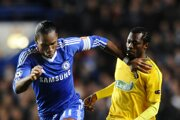 Babatounde Bello (vľavo) v súboji s Didierom Drogbom.