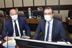 Zľava minister obrany SR Jaroslav Naď (OĽaNO) a minister zdravotníctva SR Marek Krajčí (OĽaNO).