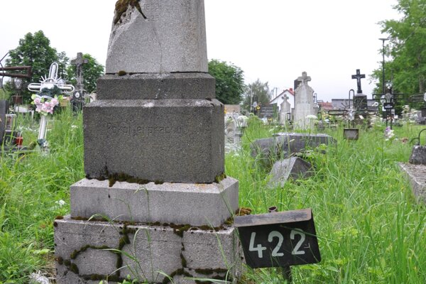 Opustený hrob na jednom z trstenských cintorínov.