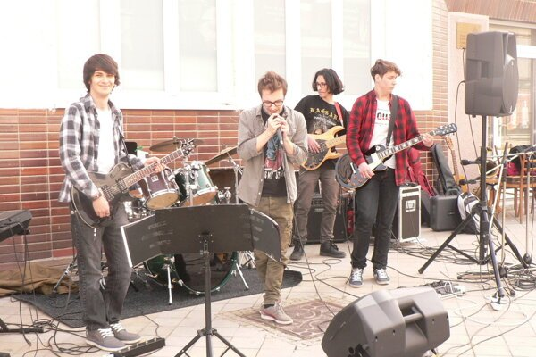 Na Kupeckej ulici hrala rocková kapela zo ZUŠ J. Rosinského.