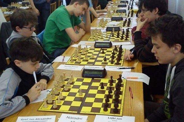 J. A. Gréč (vľavo dole) za hracím stolom.