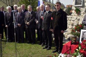 Miloš Jakeš (piaty zľava) na smútočnom zhromaždení pri príležitosti uloženia urny bývalého popredného predstaviteľa ČSSR Jozefa Lenárta.