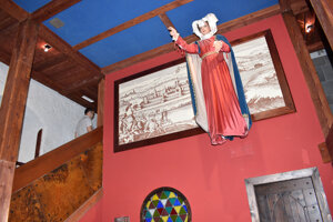 Na stene oproti vstupu je svätá Alžbeta a za ňou rytina Košíc.