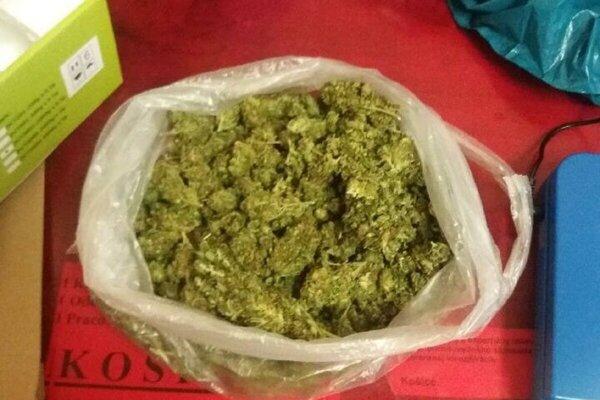 Z nájdeného množstva by bolo možné vyrobiť vyše 300 dávok drogy.