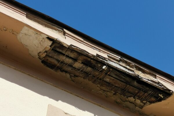 Zhruba metrový kus omietky spadol sedem metrov dole na chodník. Levočská ulica je pomerne frekventovaná.