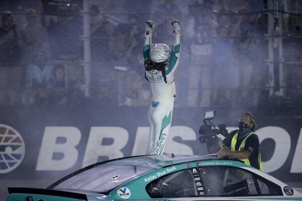 Chase Elliott sa teší z výhry v NASCAR.
