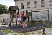 Deti sa stále na ihrisku hrajú, na vlastné riziko.