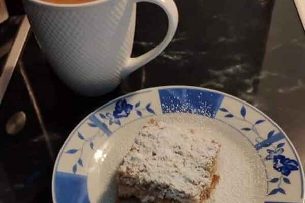 Hrnčekový sypaný jablkový koláč.