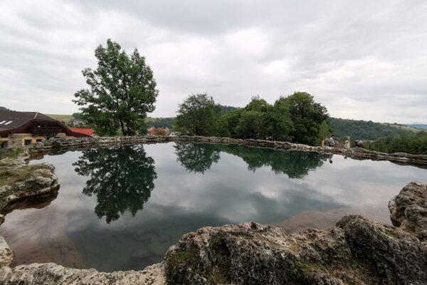 Prírodné travertínové jazierko - kráter vo Vyšných Ružbachoch.