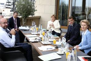 Predseda Európskej rady Charles Michel, nemecká kancelárka Angela Merkelová, francúzsky prezident Emmanuel Macron a šéfka eurokomisie Ursula von der Leyenová.