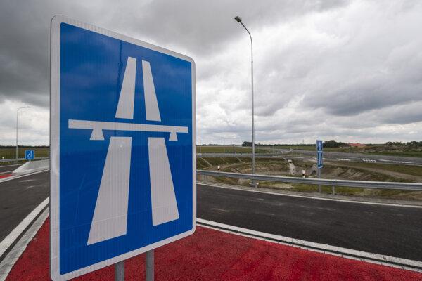 Tabuľa počas otvorenia rýchlostnej cesty R7 Holice - Ketelec a časti diaľnice D4 Ketelec - Rovinka pri obci Dunajská Lužná 19. júla 2020.