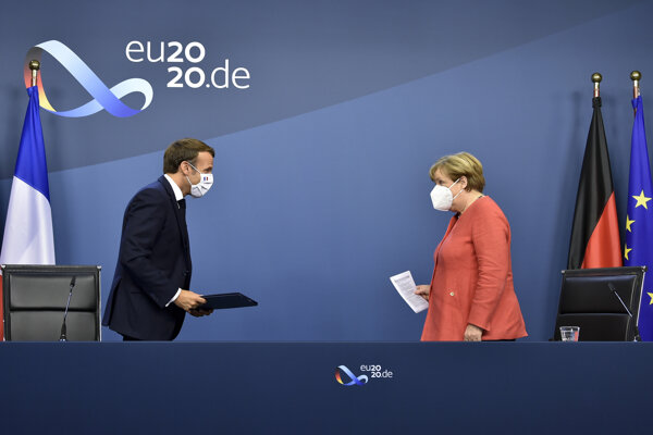 Francúzsky prezident Emmanuel Macron a nemecká kancelárka Angela Merkelová prezentujú výsledky summitu.