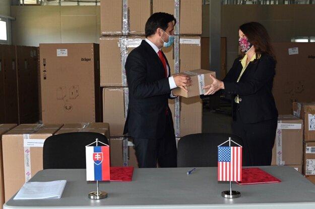 Zástupkyňa veľvyslankyne USA na Slovensku Natasha Franceschi odovzdala pomôcky štátnemu tajomníkovi ministerstva zdravotníctva Petrovi Stachurovi.