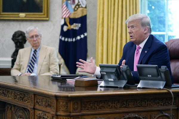Americký prezident Donald Trump a líder republikánov v Senáte Mitch McConnell.