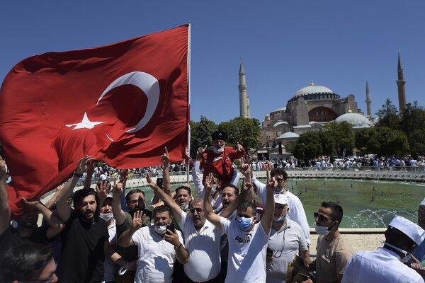 Nadšení moslimovia sa fotia pred chrámom.