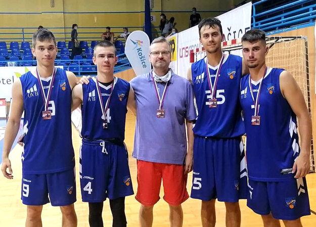 Zľava Tomáš Bakay, Miroslav Sáraz ml., Miroslav Sáraz st. (vedúci mužstva), Adam Konc a Lukáš Foltín. V Košiciach odohrali svoje posledné zápasy v mládežníckej kategórii.